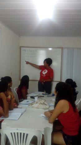 Aula de inglês aos alunos da Escola Rubens Canuto na sede do INEG/AL com bolsista Fulbright, Tonal Simmons.